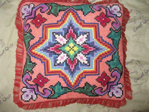 Фото 3: Диванная подушка, вышитая крестом.
